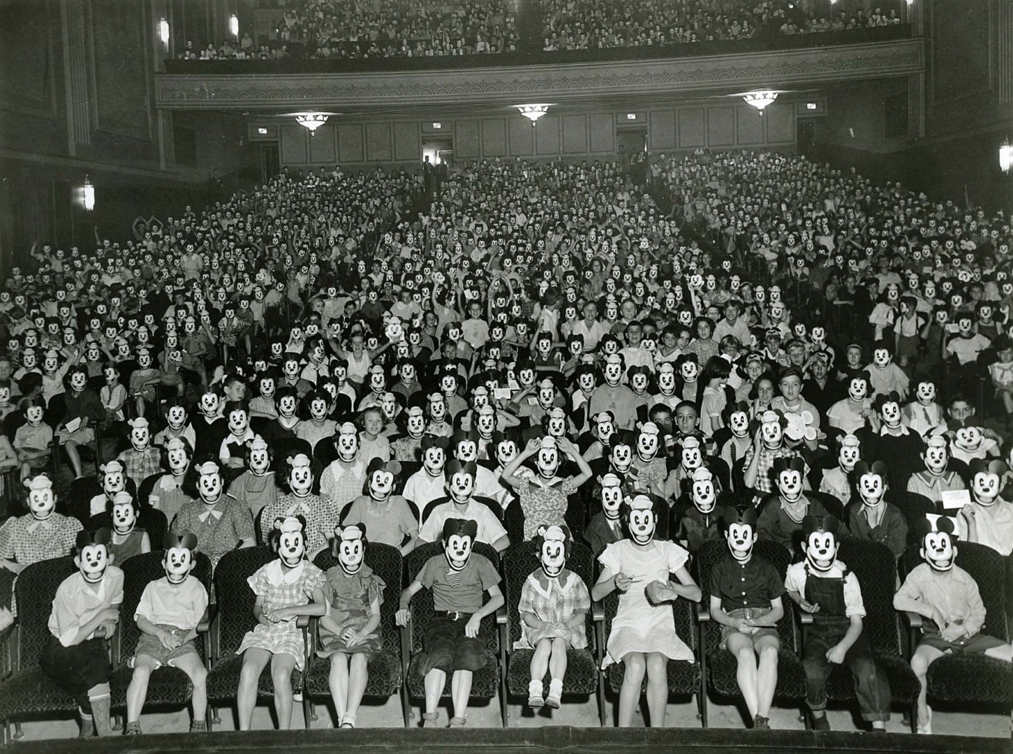 Mickey-Mouse-Crowd (Large)
